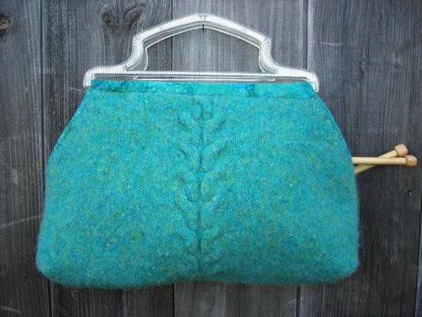 wintermode türkise handtasche aus bügel und pulli