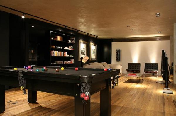 wohnzimmer billardtisch holzbodenbelag warm ambiente