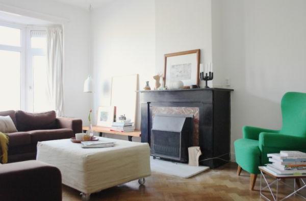 wohnzimmer-glas-einbaukamin-grün-sessel-weiß-wand