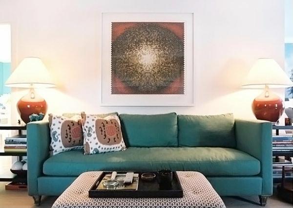 wohnzimmer gestaltung blaugrünes sofa moderne kunst