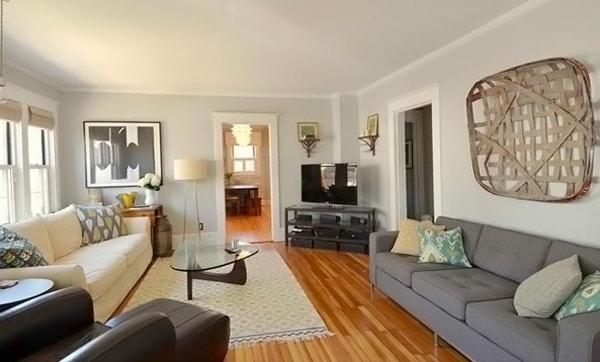 wohnzimmer gestaltung hellgraues und creme sofa