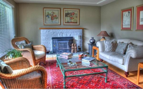 Wohnzimmer Gestaltung Perserteppich Rot Und Rattan Sessel