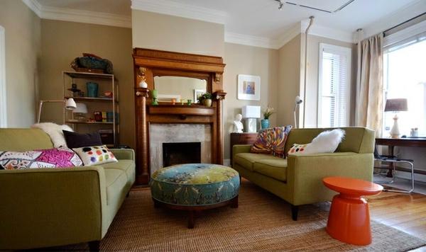 wohnzimmer gestaltung runde ottomane und oranger hocker