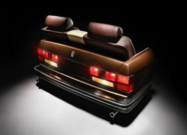 Auserlesene Couchtische und Sofas aus Autoteilen hinter