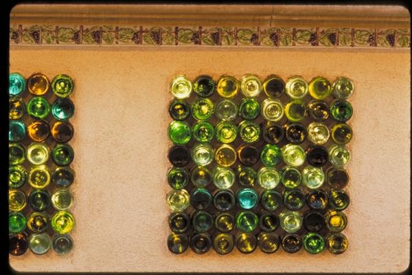 Bastelideen für DIY Projekte aus Weinflaschen wandinstallation