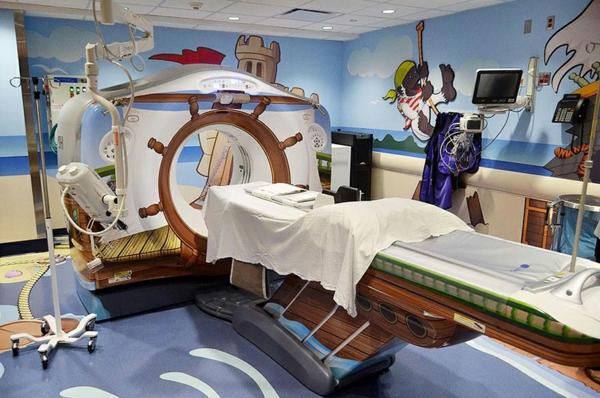 CT Scanner in einer Kinderklinik nautisch design liege