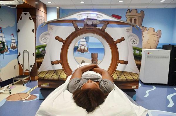 CT Scanner in einer Kinderklinik nautisch design piraten stil