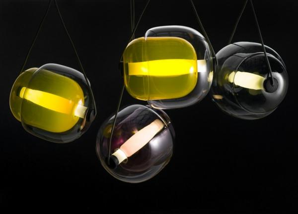 Hängelampen glasklar bunt kern natur holz elementen