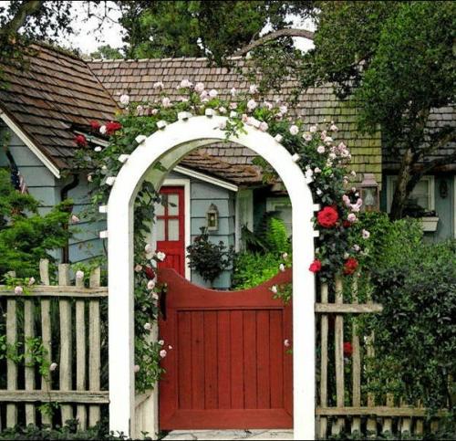 Coole Gartengestaltung mit Rosenbogen eingang rot tür