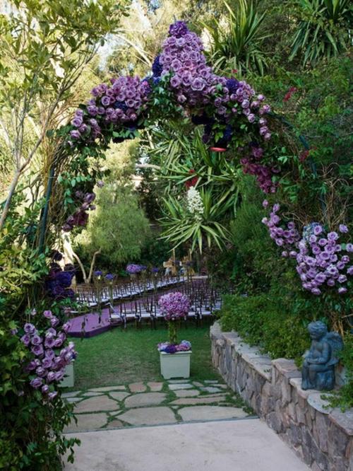 Gartengestaltung mit Rosenbogen lila blüten