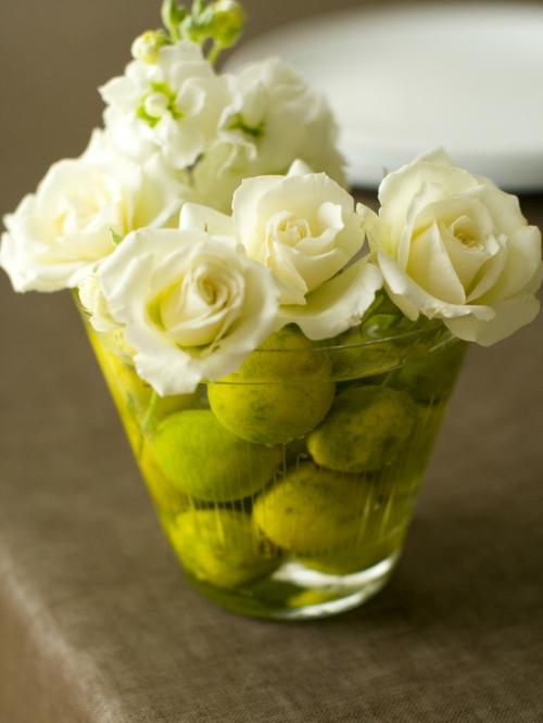DIY Bastelideen für festliche Tischdeko weiß rosen glas schale