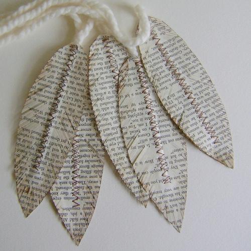 DIY Deko aus Papier zeitung federn indianisch