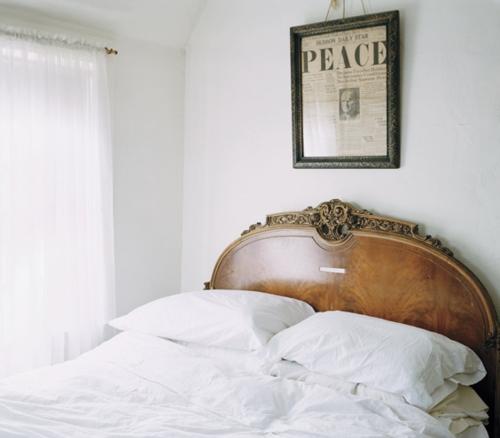 DIY Dekoration aus Zeitung bilderrahmen schlafzimmer bett