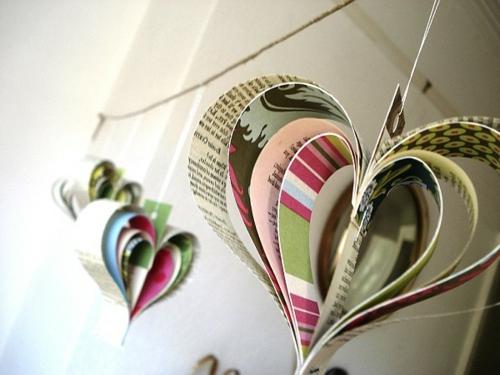 DIY Dekoration aus Zeitung herz hängend bunt