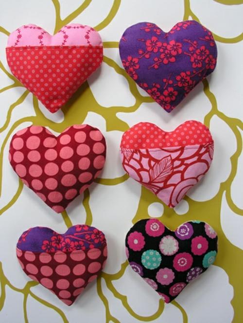 Geschenkideen zum Valentinstag kissen bunt herzen DIY