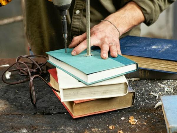 Tischlampe mit Tischfuß aus Büchern anordnung DIY