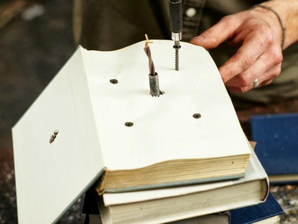 Tischlampe mit Tischfuß aus Büchern bohren befestigen DIY