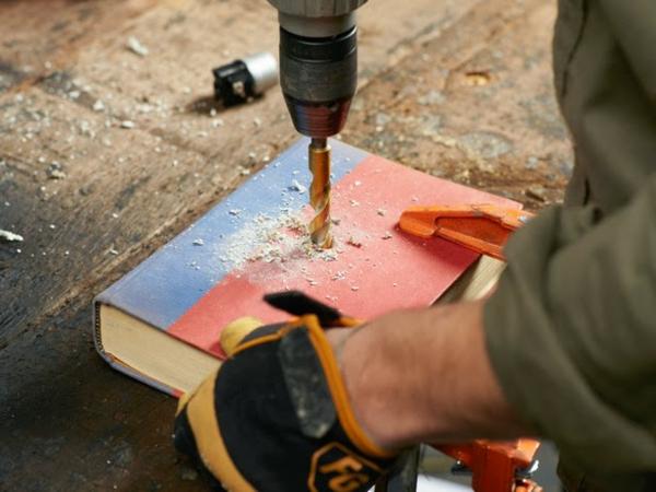 DIY Tischlampe mit Tischfuß aus Büchern bohren