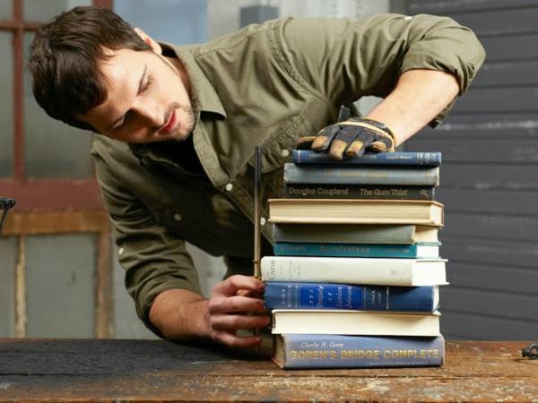 DIY Tischlampe mit Tischfuß aus Büchern dicke buchdeckel