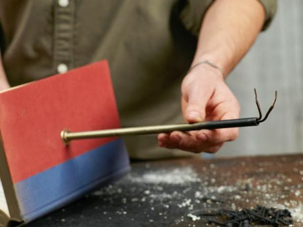 Tischlampe mit Tischfuß aus Büchern metall konstruktion kabel DIY