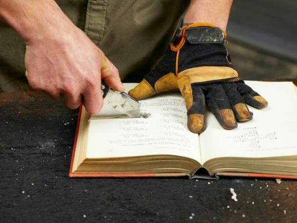 Tischlampe mit Tischfuß aus Büchern schneiden DIY