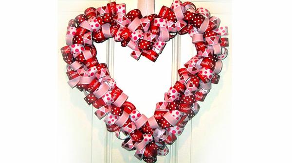 DIY coolen Kranz zum Valentinstag rot rosa herzen