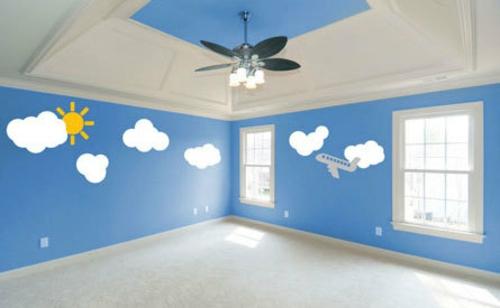 Dekoideen-für-Wandsticker-blau-weiß-wolken-zimmerdecke
