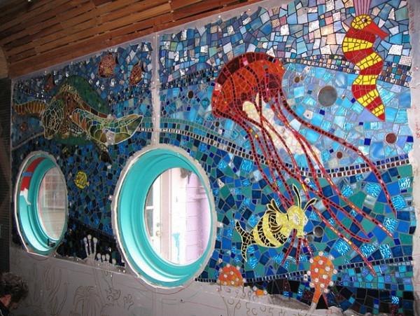 Einsatz von Mosaikfliesen im Interieur rund fenster