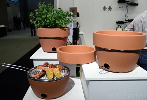 ihr grill und kr utertopf in einem das beste barbecue f r balkone. Black Bedroom Furniture Sets. Home Design Ideas