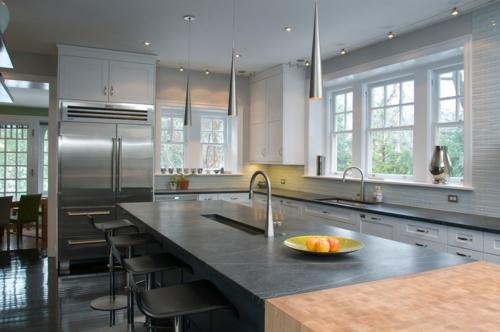 Küchenarbeitsplatte und Küchenrückwand fenster hängelampen spüle