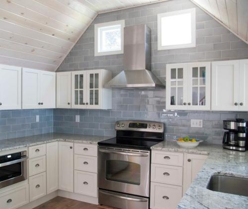 Küchenarbeitsplatte und Küchenrückwand fliesen grau glanzvoll