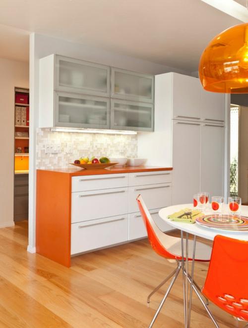 Küchenarbeitsplatte und Küchenrückwand weiß küchenschrank orange