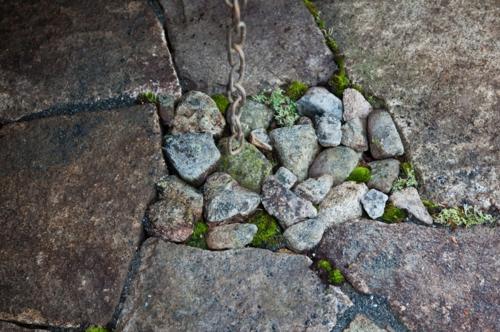 Lösungen für feuchte Erde hof garten gestaltung stein kiesel