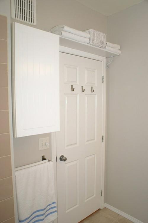 Raffinierte Wandgestaltung durch Regale badezimmer tür