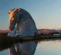 Riesige Kelpies Pferdekopf Skulpturen überragen den Forth & Clyde Kanal in Schottland