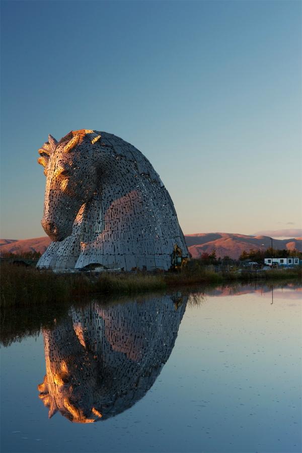 Riesige Kelpies' Pferdekopf Skulpturen schottland anlage
