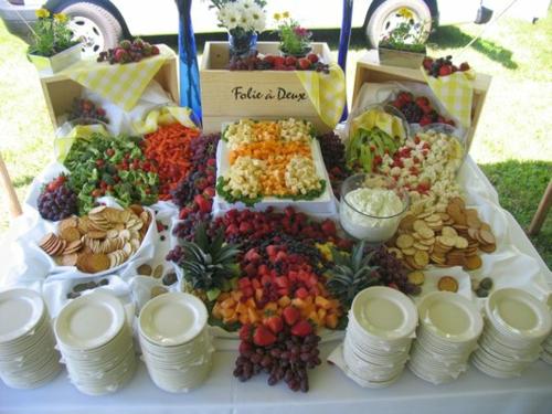 Sommer Party im Freien getränke essen teller lecker