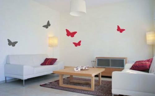 wohnzimmer schmetterlinge rot grau wandgestaltung holz tisch sofa