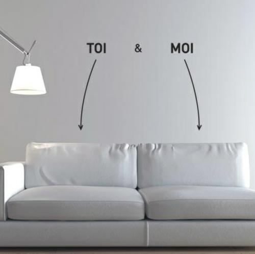 Wanddekoration mit Wandtattoo er sie sofa weiß