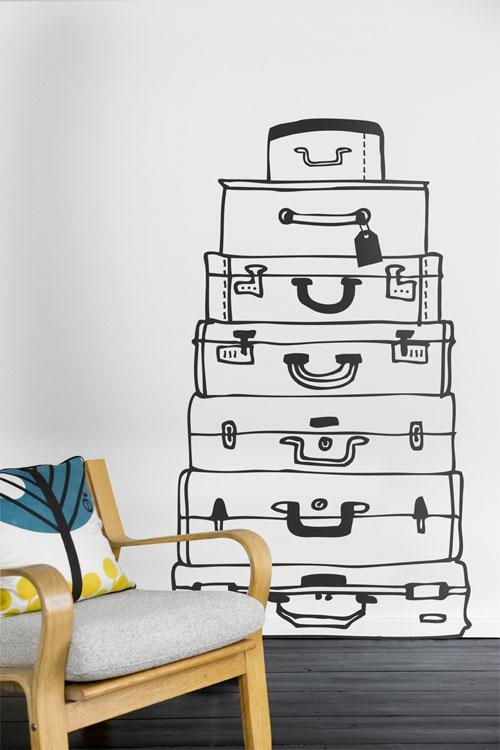Wanddekoration mit Wandtattoo koffer schwarz weiß