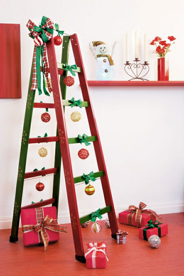 Wohnideen Leiterregal und Dekoartikel weihnachten rot grün kugel