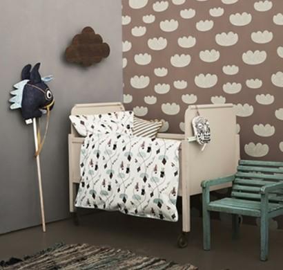 Das Babyzimmer Möbelstück beinhaltet Bett, Wickeltisch und Regale
