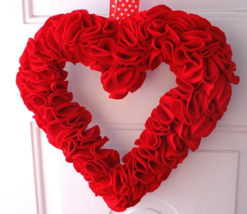 valentinstag kranz herz rot tür wand getupft band