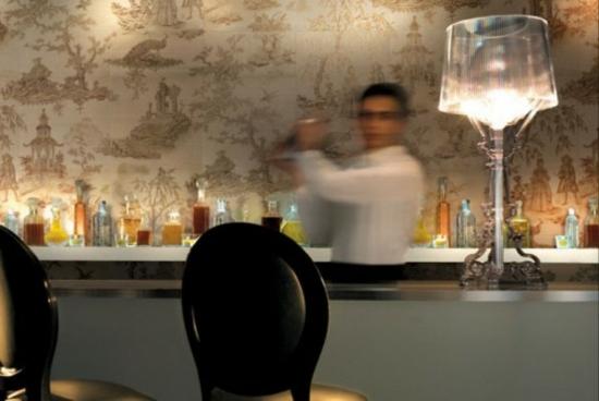 deko fliesen in tapetenoptik an der bar