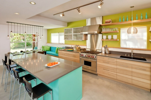 gutes Küchendesign einrichten hell grün wand gestaltung regale