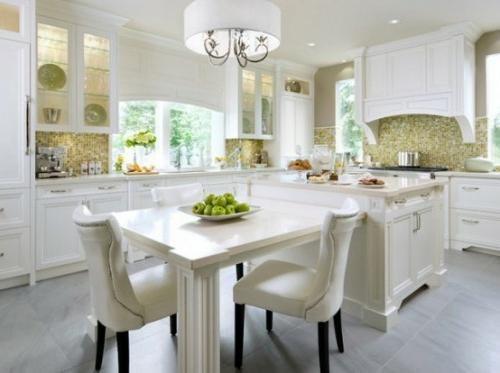 küchen in weiß mit zusätzlichem tisch
