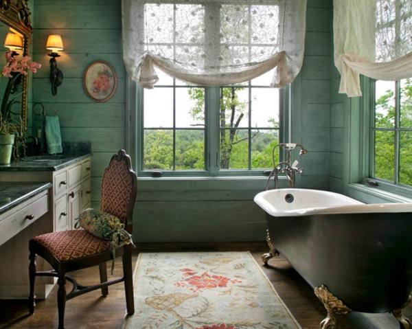 Rustikaler Vintage Stil. Romantisches Bad Holzbohlen Wandverkleidung