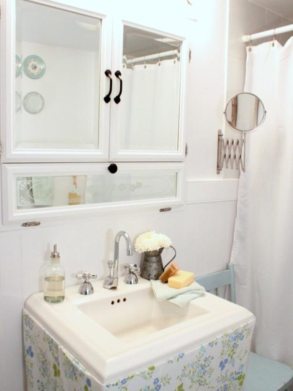 romantisches bad vintage in strahlendem weiß