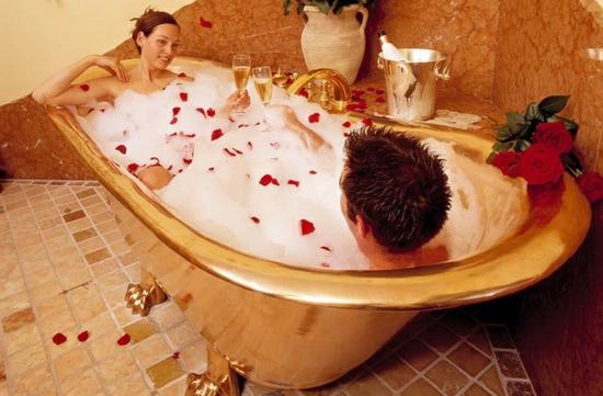romantisches badezimmer goldene krallenfuß wanne