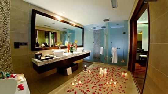 romantisches badezimmer kerzen und blütenblätter am boden